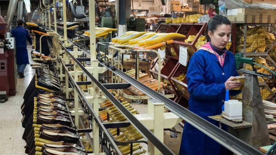 Una operaria trabaja en una fábrica de calzado de Valverde del Camino (Huelva).