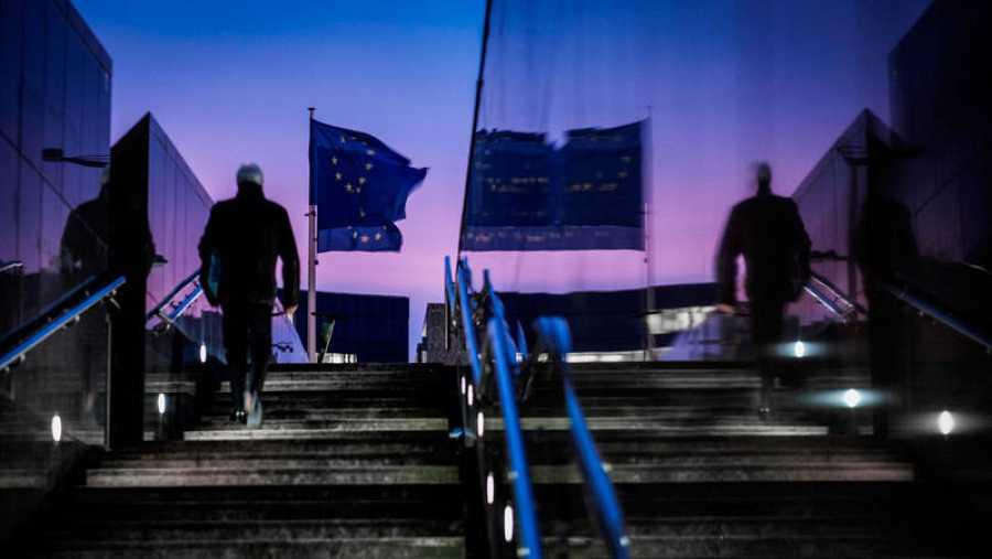 Banderas de la Unión Europea (UE) ondean al amanecer frente a la sede de la Comisión Europea, este lunes, en Bruselas, Bélgica.