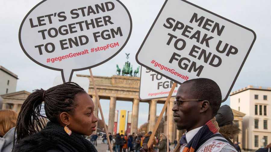 Varias personas participan en una concentración en contra de la mutilación genital femenina ante la puerta de Brandeburgo en Berlín