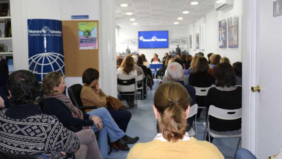 El público abarrota las oficinas de los Servicios Centrales de Manos Unidas en Madrid.