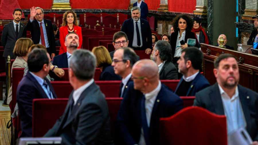 La mayoría de acusados se giran para saludar al president Torra
