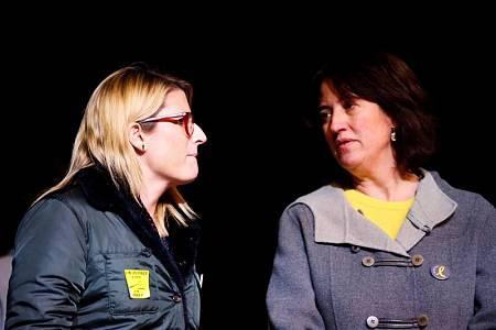 La portavoz del Govern, Elsa Artadi, y la presidenta de la ANC, Elisenda Paluzie, durante la concentración contra el juicio del