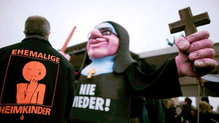 Manifestación contra el abuso de menores cerca de la Puerta de Brandenburgo en Berlín, Alemania