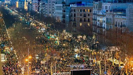Vista aérea del Paseo de Gracia de Barcelona durante la manifestación unitaria de la jornada de huelga general en Cataluña.