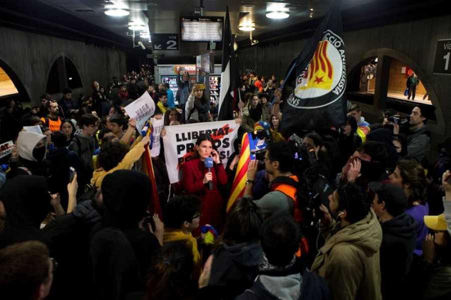 La periodista de TVE, Cristina Pampin, segundos antes de una conexión en directo desde la estación de Renfe de plaza Catalunya durante las protestas.