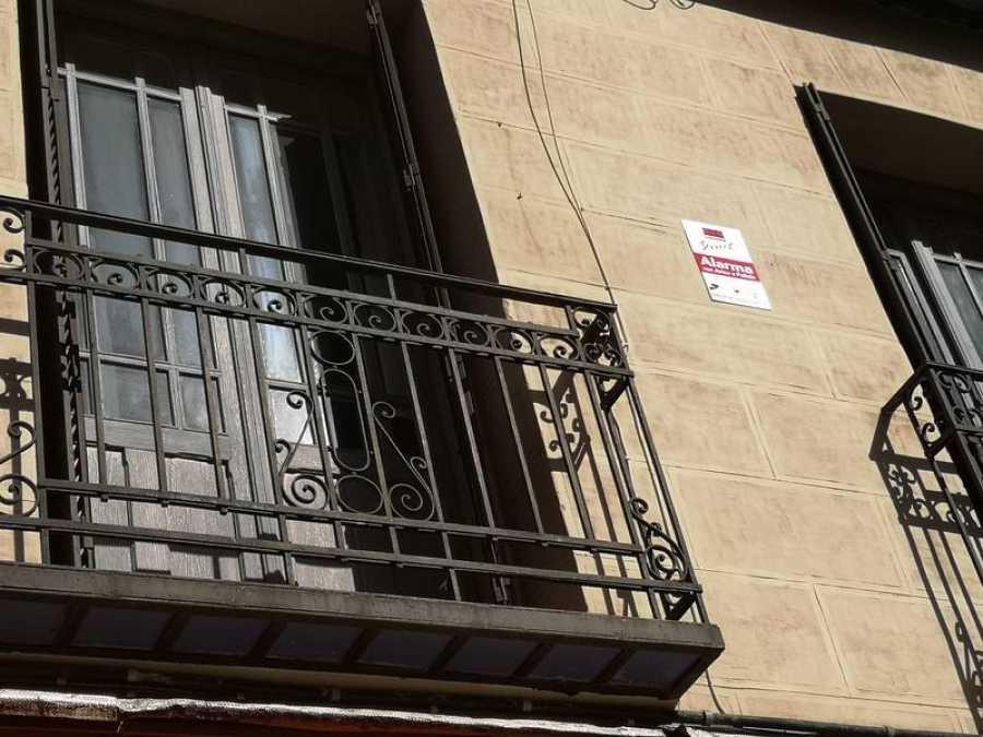 Placa en la fachada de uno de los pisos donde vivía una de las familias desahuciadas