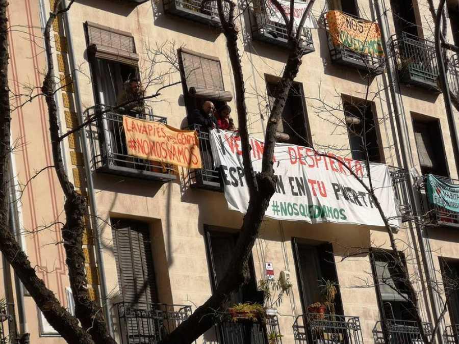 Carteles para protestar contra los desahucios en las viviendas de las afectadas y en otros pisos del edificio