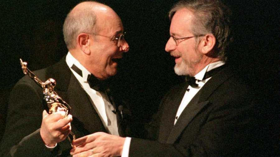 En una fotografía de archivo, Donren recibe el Óscar honorífico de Steven Spielberg