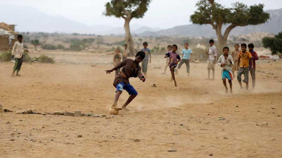 Los niños juegan al fútbol en un campamento improvisado para personas internamente desplazadas cerca de Abs en la provincia noroccidental de Hajja, Yemen.
