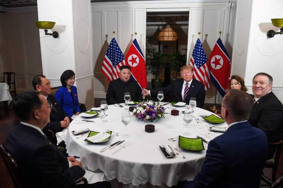 Instantánea momentos antes del comienzo de la cena de Donald Trump y Kim Jong-un durante la segunda cumbre entre EE.UU. y Corea del Norte en Vietnam.