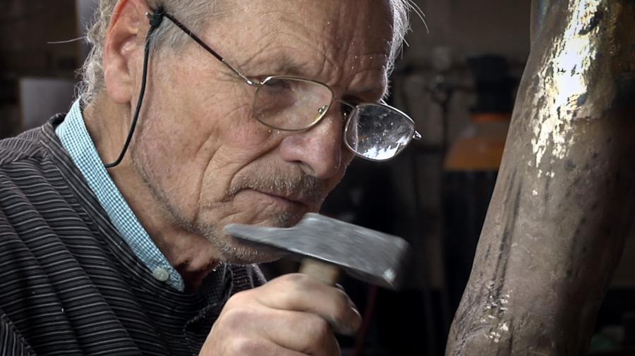 Imagen sobre Antonio López que también es escultor y dibujante