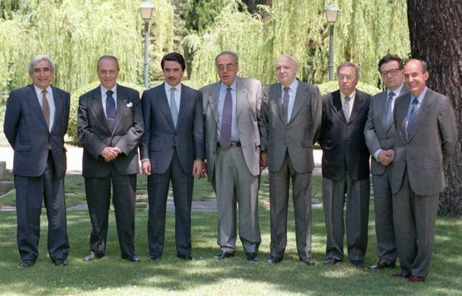 José Pedro Pérez-Llorca posa junto a otros padres de la Constitución