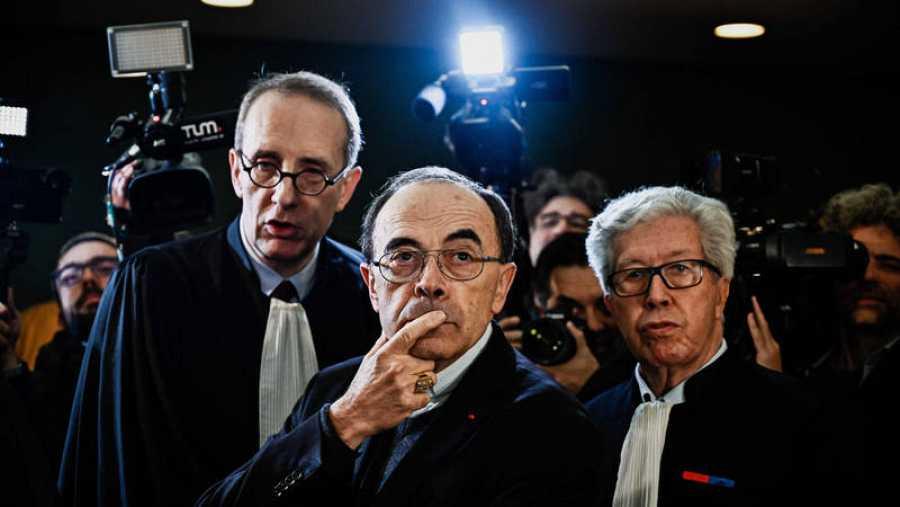 El cardenal francés Philippe Barbarin flanqueado por sus abogados.