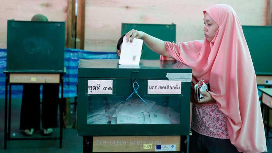 Una mujer musulmana ejerce su derecho al voto cubierta por un velo islámico
