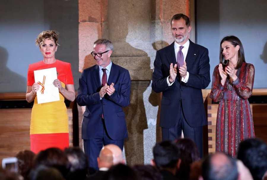 Los reyes, acompañados por el ministro de Cultura y Deporte José Guirao, aplauden a la la diseñadora Ágatha Ruiz de la Prada tras entregarle el Premio Nacional de Moda.