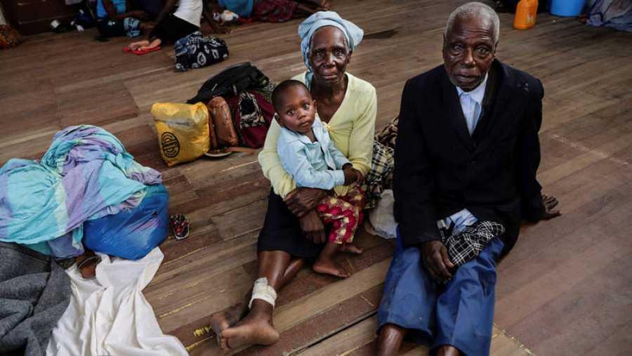 Una familia salvada del ciclón espera ayuda