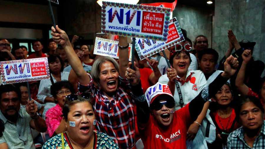 Los partidarios de Pheu Thai Party aclaman el resultado de la votación después del cierre de las elecciones generales en la sede del partido en Bangkok.