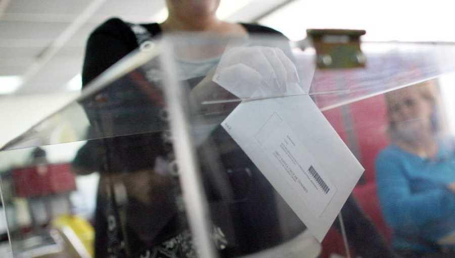 Una española vota en urna en el consulado de Caracas (Venezuela) en 2011. El sobre va dirigido a su mesa electoral española