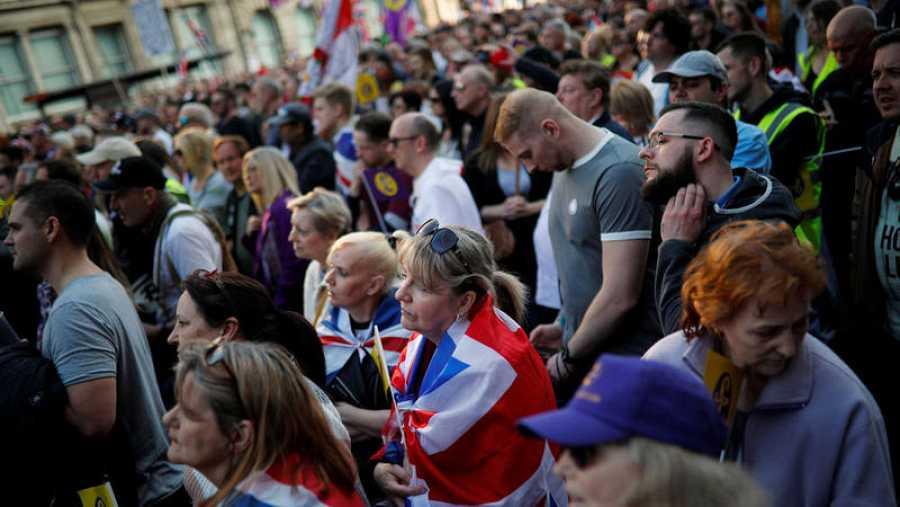 Manifestantes a favor de un 'Brexit' cuanto antes escuchan los discursos frente al Parlamento.
