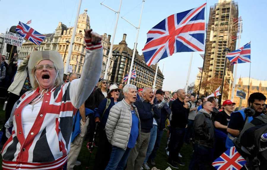Manifestantes a favor del 'Brexit' ondean banderas de Reino Unido frente al Parlamento de Westminster.