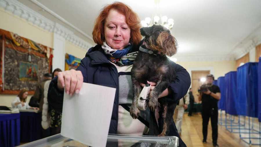 Una mujer vota en un colegio electoral en Kiev