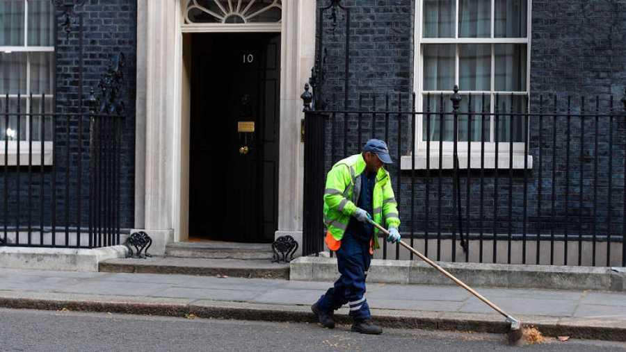 Un barrendero trabaja frente al número 10 de Downing Street en Londres (Reino Unido).