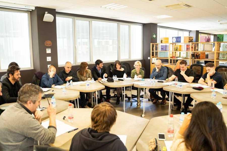 Los actores durante la lectura del guion de 'Malaka'