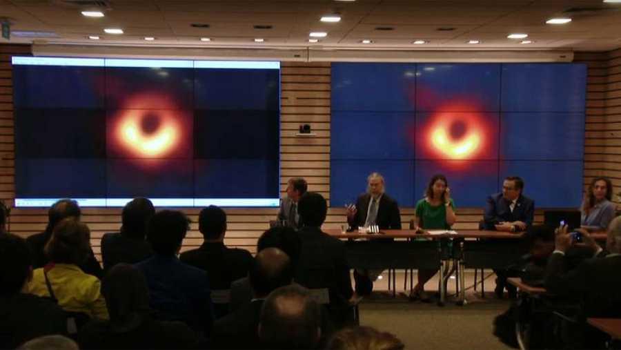 Centíficos responsables del Telescopio del Horizonte de Sucesos presentan en rueda de prensa las primeras imágenes de un agujero negro.