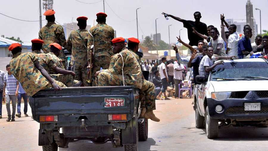 Un grupo de manifestantes celebra que las Fuerzas Armadas hayan depuesto de la Presidencia a Omar al Bashir.
