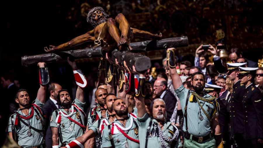 Miembros de la Legión trasladan al Cristo de la Buena Muerte -conocido como el cristo de Mena- a su trono procesional en Málaga.