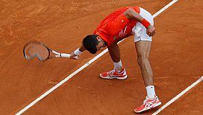 Novak Djokovic rompe la raqueta en un gesto de rabia en el partido ante Kohlschreiber.