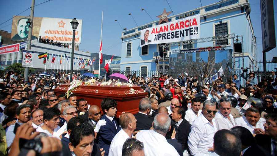 Familiares y amigos portan el féretro con los restos de Alan García