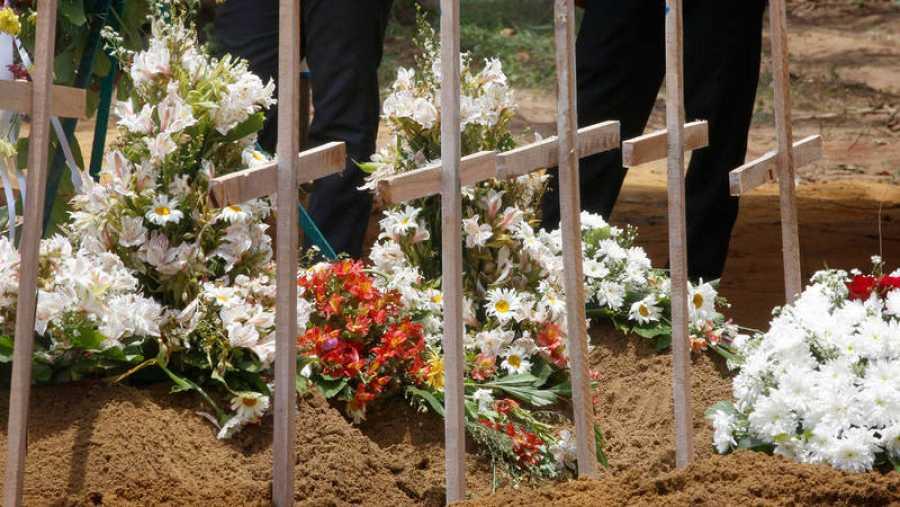 Funeral múltiple de víctimas de los atentandos en el cementerio de Don David Katuwapitiya en Colombo, Sri Lanka