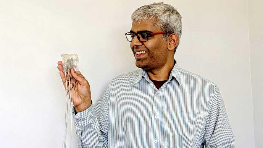 Gopala K. Anumanchipalli, con el dispositivo que sintetiza la voz a partir de la descodificación de señales cerebrales.