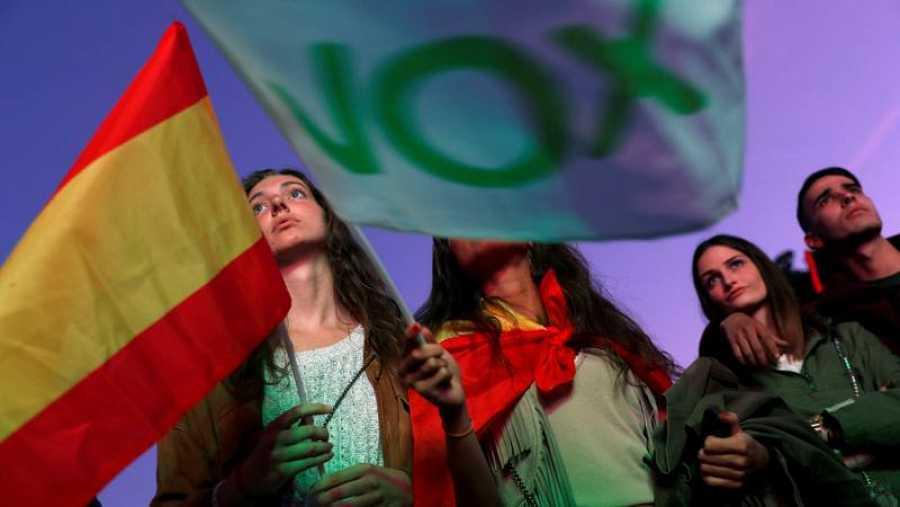 Seguidores de Vox siguen los resultados electorales