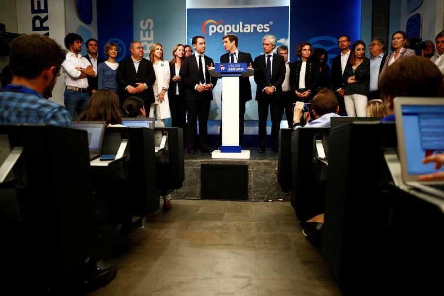 Pablo Casado comparece ante los medios arropado por la dirección del PP