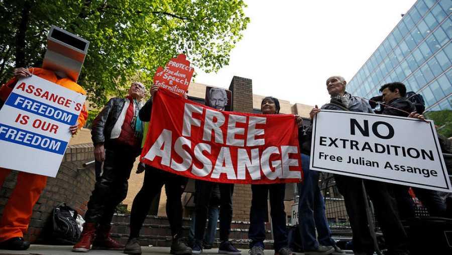 Protesta delante del tribunal de Londres donde ha comparecido Julian Assange REUTERS/Henry Nicholls