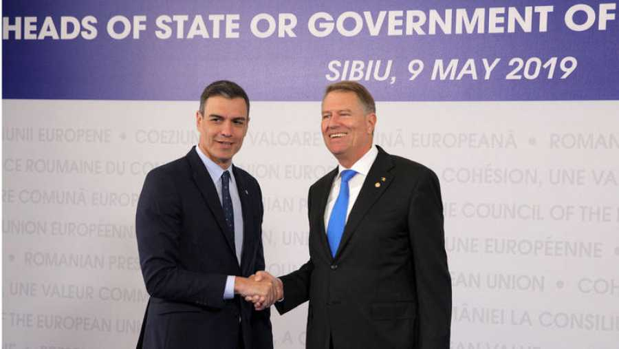 El presidente de Rumanía Klaus Iohannis recibe a Pedro Sánchez a su llegada a la cumbre de Sibiu