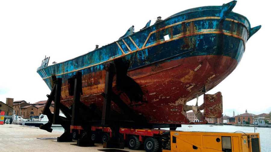 Pesquero que se hundió en el Mediterráneo en 2015 y dejó más de 700 muertos y que expone el artista suizo Cristoph Büchel bajo el nombre de 'Barca nostra'