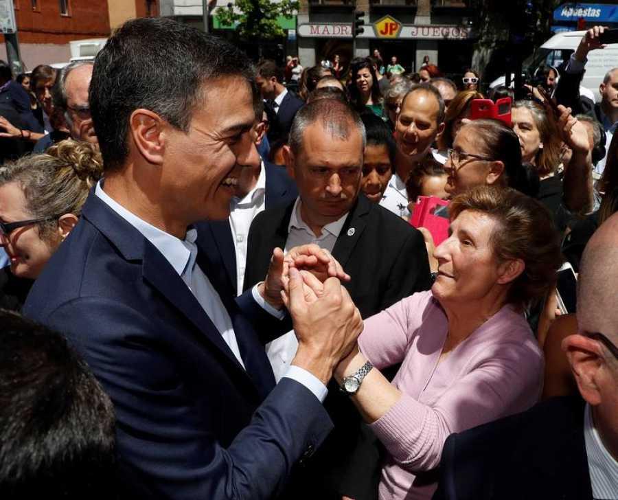 Pedro Sánchez da un paseo por Puente de Vallecas con Gabilondo y Pepu Hernández