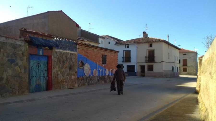 Una mujer camina por las calles vacías de Villadoz
