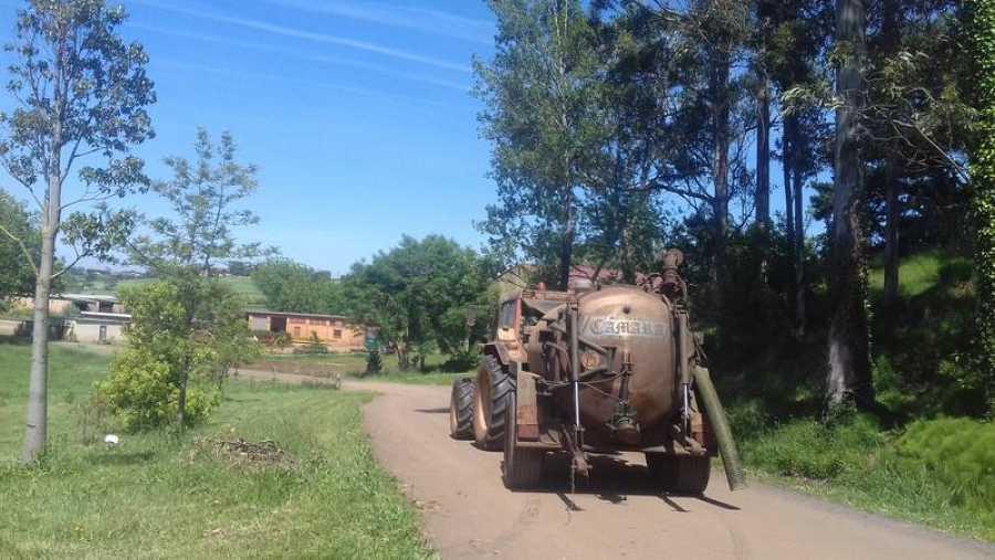 Un tractor con abono orgánico en la localidad cántabra de Heras.