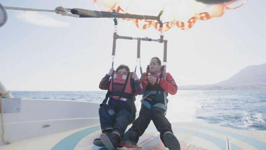 'Langui' y Pablo practican 'parasailing'