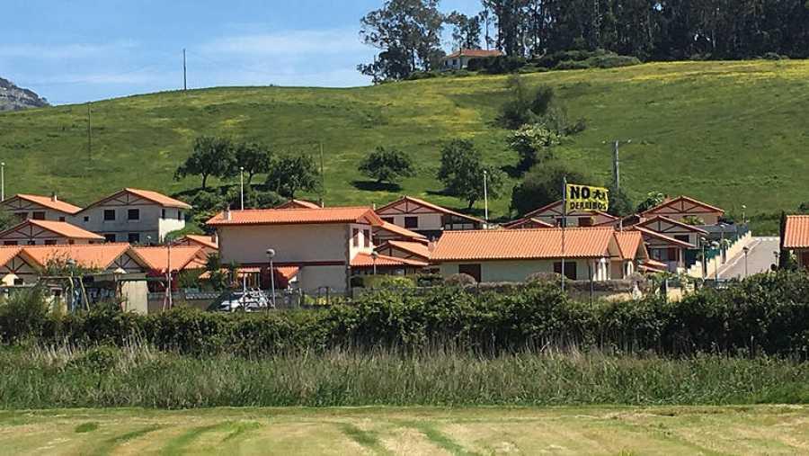 La urbanización La Llana, donde ondea la bandera de AMA en contra de los derribos