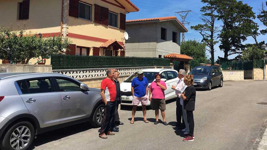 Un grupo de vecinos de la urbanización La Llana conversan con el presidente de AMA