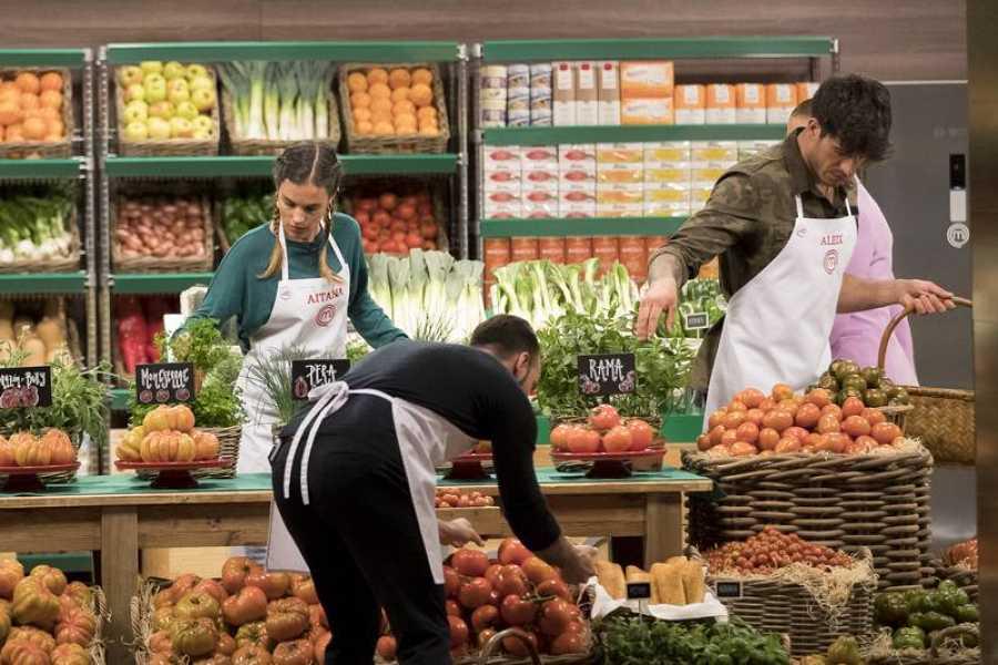 Preparando la batalla del tomate en el Supermercado