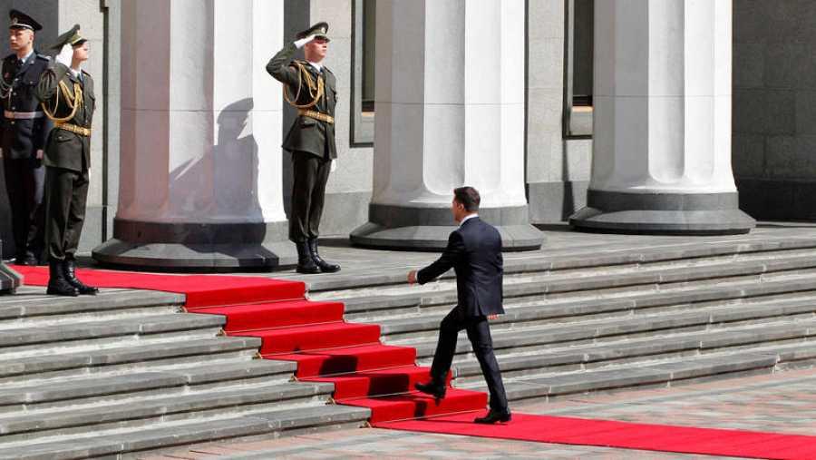 El presidente electo de Ucrania, Vladímir Zelenski (c), a su llegada, este lunes, al Parlamento para su ceremonia de investidura en Kiev (Ucrania).