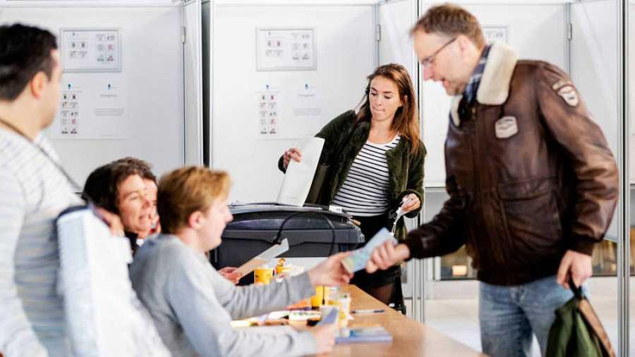 Holandeses acuden este jueves a un colegio electoral para ejercer su derecho al voto en Utretch (Holanda).