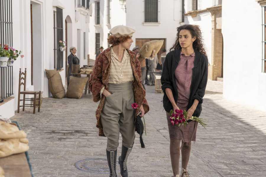 Teresa rescatará a la joven Inés de la calle, y le ofrecerá una nueva vida en la academia