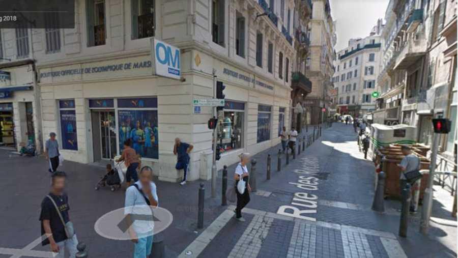 Calle del incidente entre la policía y una persona con muletas